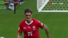 Link öffnet eine Lightbox. Video Zuber köpfelt die Schweiz zum 1:1-Ausgleich abspielen