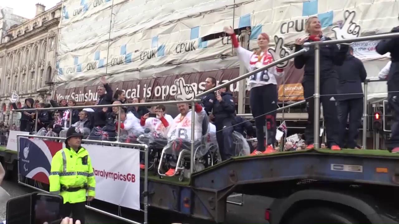 Die Parade mit den echten Champions (Quelle: SNTV)