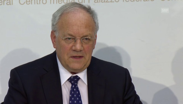 Video «Johann Schneider-Ammann: «Bundesrat verstärkt flankierende Massnahmen»» abspielen