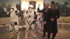 Video «Obamas legen mit Stormtroopern ein Tänzchen hin» abspielen