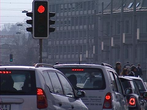 Video «13.03.07: Motor abschalten: Kaum ein Lenker hält sich ans Gesetz» abspielen