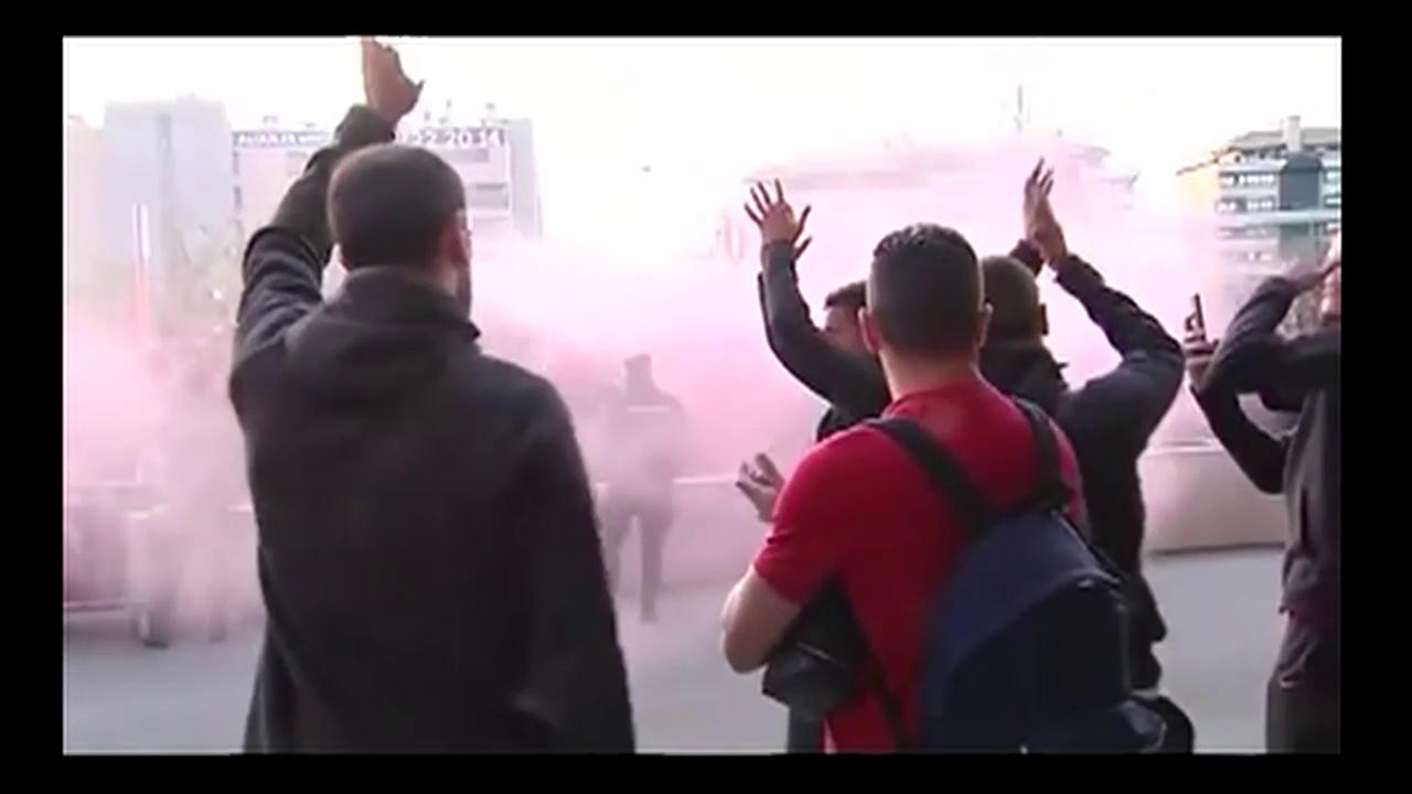Atletico-Fans feiern ihr Team vor dem Hotel
