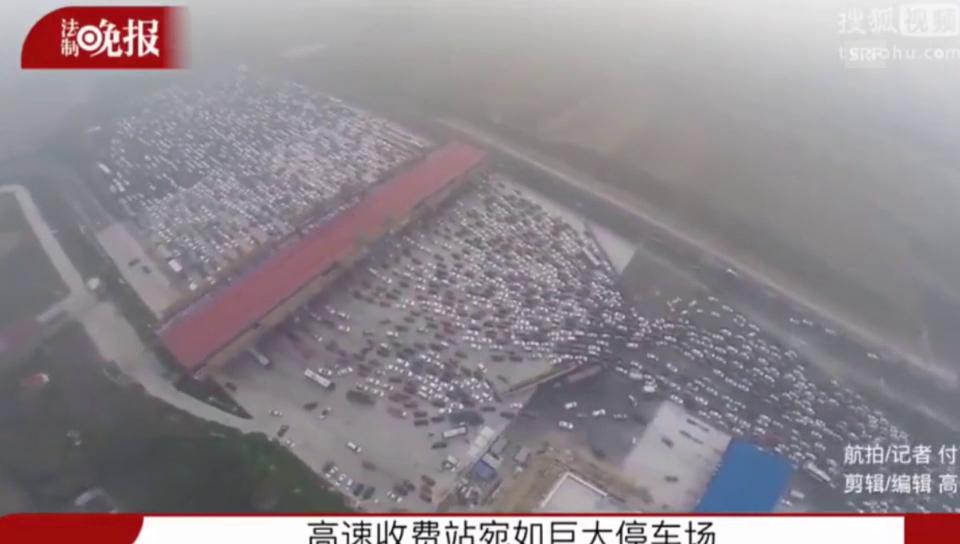 Kilometerlang stauen sich die Autos – gefilmt von einer Drohne (youtube/sploid)