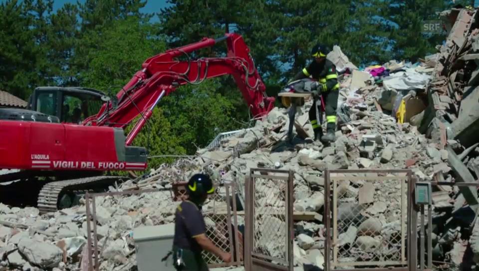 Suche nach Überlebenden in den Trümmern
