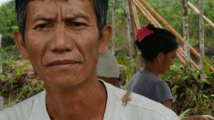 Link öffnet eine Lightbox. Video Die Dayak müssen für ihr Land kämpfen abspielen.