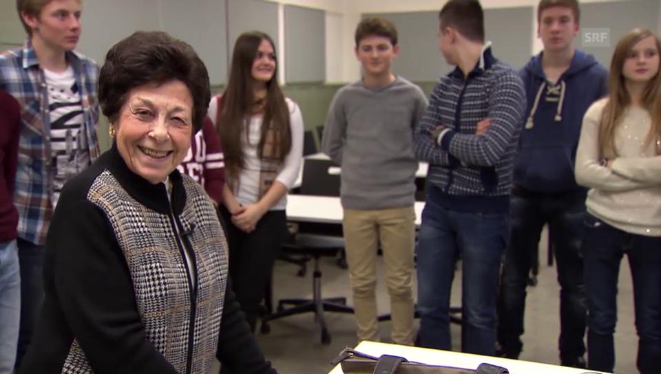 Johanna Neumann erzählt in einer Schulklasse