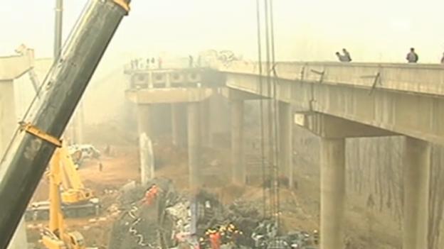 Video «Einsturz einer Autobahnbrücke in China» abspielen