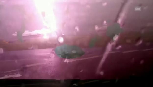 Video «Hier schlägt ein Blitz in ein Flugzeug ein» abspielen