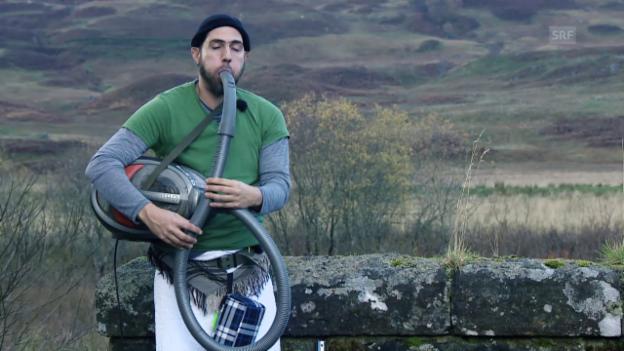 Video «Manu bläst elektrischen Dudelsack in Schottland» abspielen