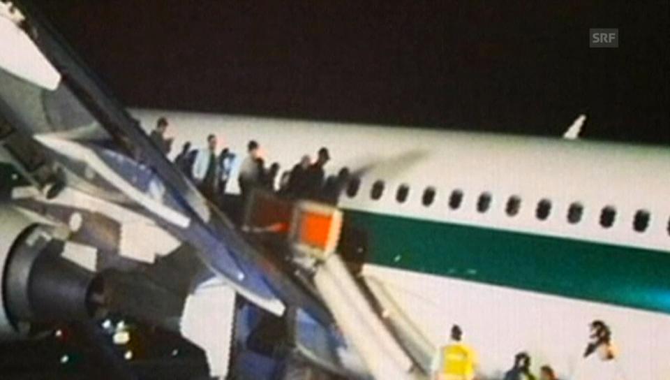 Notgelandete Alitalia-Maschine wird abgeschleppt