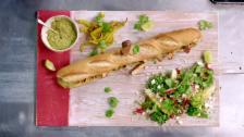 Link öffnet eine Lightbox. Video Jamies 15-Minuten-Menüs – Krebsbolognese und Club-Sandwich mit Guacamole abspielen.