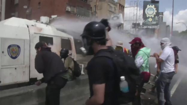 Video «Gewaltszenen in Caracas (unkomm.)» abspielen