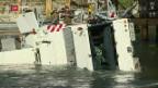 Video «Militärkran stürzt in die Reuss» abspielen