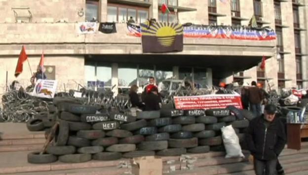 Video «Barrikaden in Donezk (unkommentiert)» abspielen