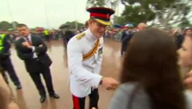 Video «Prinz Harry und sein Selfie-Korb für eine junge Australierin» abspielen