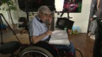 Video «Wie Rolf Lyssy aus dem Rollstuhl Regie-Anweisungen gibt» abspielen