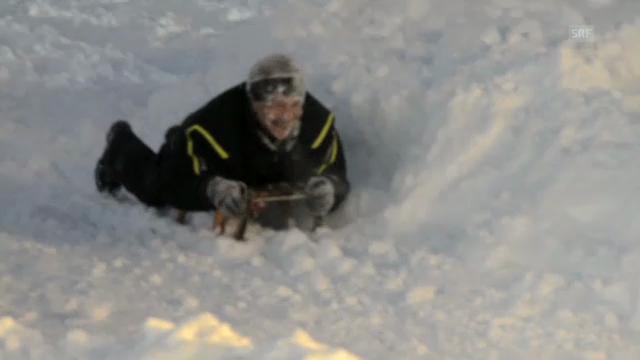 Hanspeter Latour rast mit Schlitten in Schneewand