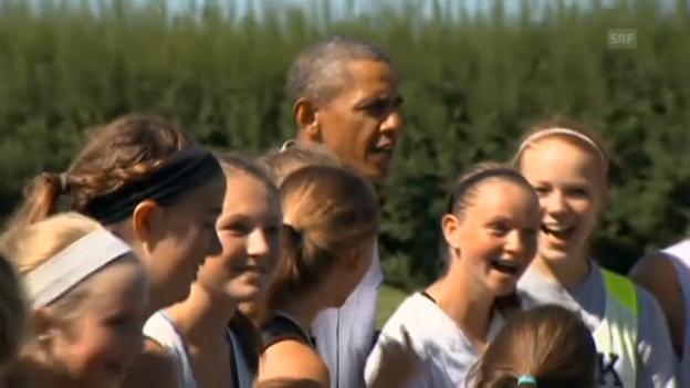 Video «Obama besucht High-School-Fussballteams» abspielen