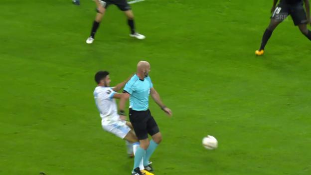 Video «Schiedsrichter Stefan Johannesson steht felsenfest» abspielen
