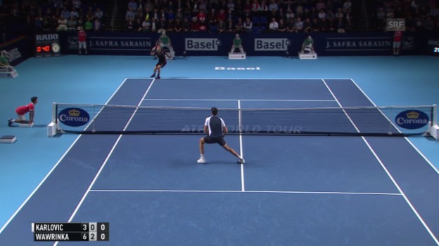 Video «Tennis: ATP-Turnier in Basel, 1. Runde, Wawrinka - Karlovic, Lob-Winner Wawrinka» abspielen