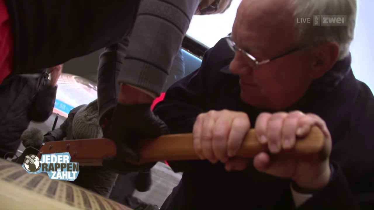 Bundespräsident Johann Schneider-Amman bringt einen Laib Käse auf den Europaplatz