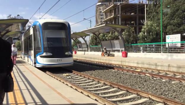 Video «Einfahrt des Trams in Adis Abeba (unkommentiert)» abspielen