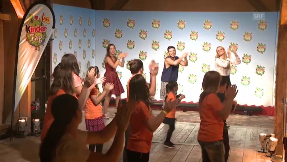 Aurora und Michelle tanzen mit Kindern
