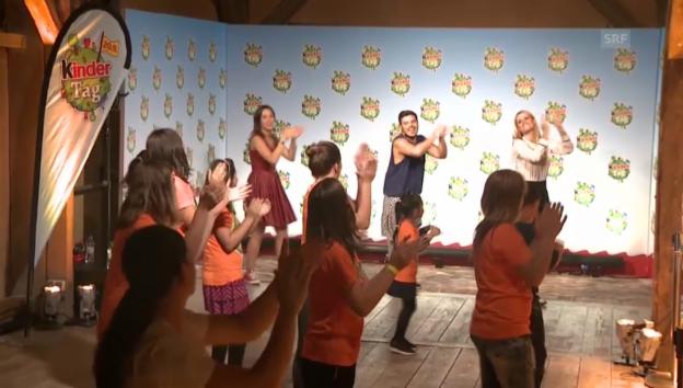 Video «Aurora und Michelle tanzen mit Kindern» abspielen