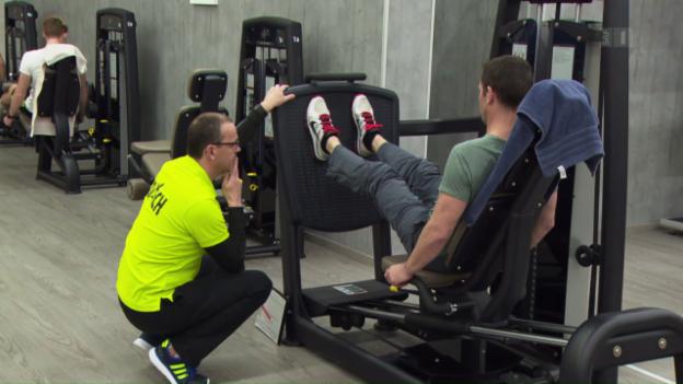 Video «Fitness-Studios im Test: Welches bietet das beste Training?» abspielen