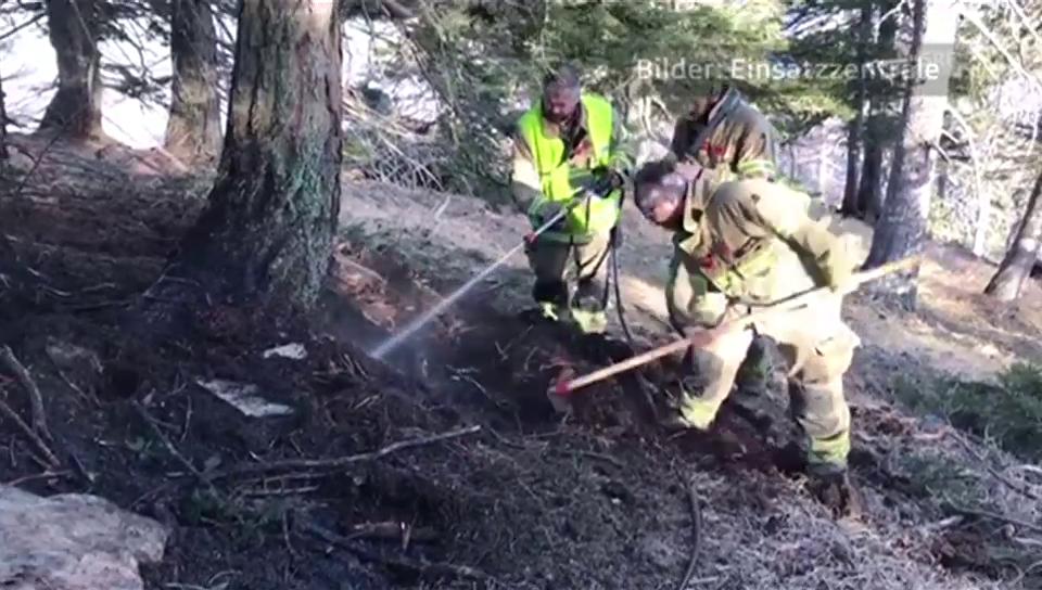 Feuerwehr kämpft gegen Glutnester (unkomm.)