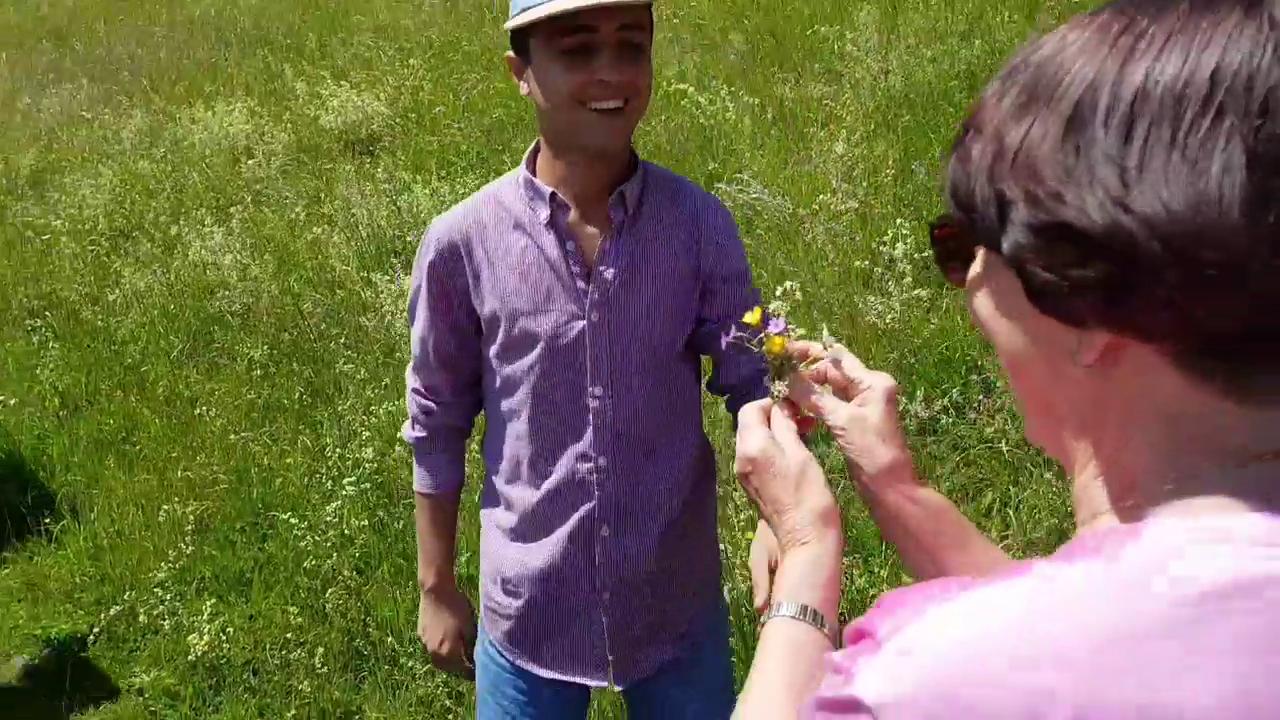 Asylsuchende schenken Helferin Blumen