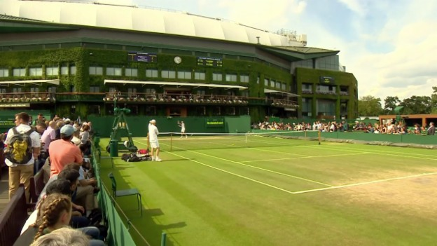 Video «Federer trainiert vor den Augen zahlreicher Zuschauer» abspielen