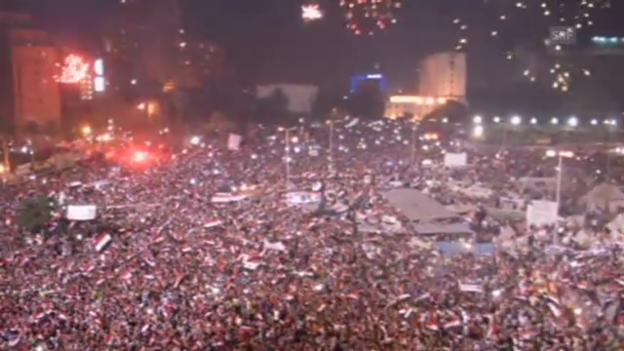 Video «Jubel und Feuerwerk auf dem Tahrir-Platz bei Bekanntgabe der Absetzung» abspielen