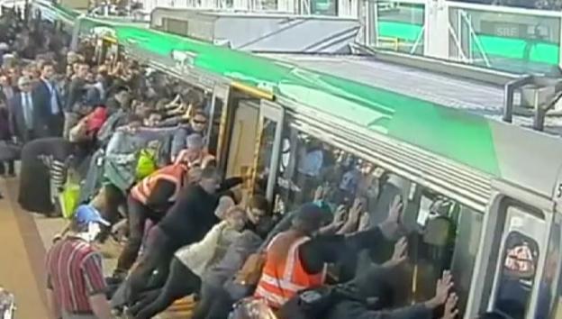 Video «Pendler befreien in Perth einen eingeklemmten Passagier» abspielen
