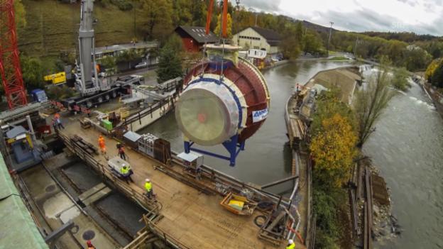 Video «Im Zeitraffer: Das Abladen der Turbine. (SRF)» abspielen