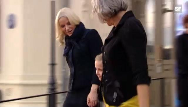Prinzessin Ingrid mit ihrer Mutter Mette-Marit beim Verlassen der Veranstaltung (unkomm. Video)