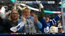 Link öffnet eine Lightbox. Video Toronto bejubelt Maple-Leafs-Sieg abspielen