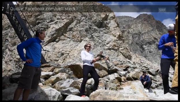 Video «Ueli Steck feiert seinen Kletterrekord» abspielen