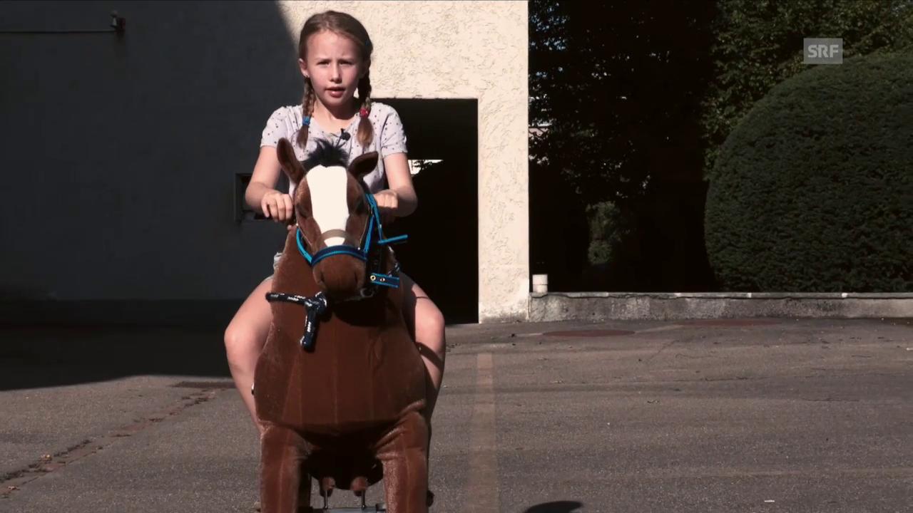 Marie Lotta und ihr Kuschelpferd