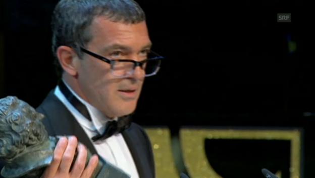 Video «Antonio Banderas widmet den Preis seiner Tochter» abspielen