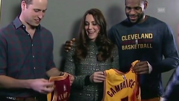 Video «LeBron James überreicht Kate und William ein Geschenk für George» abspielen