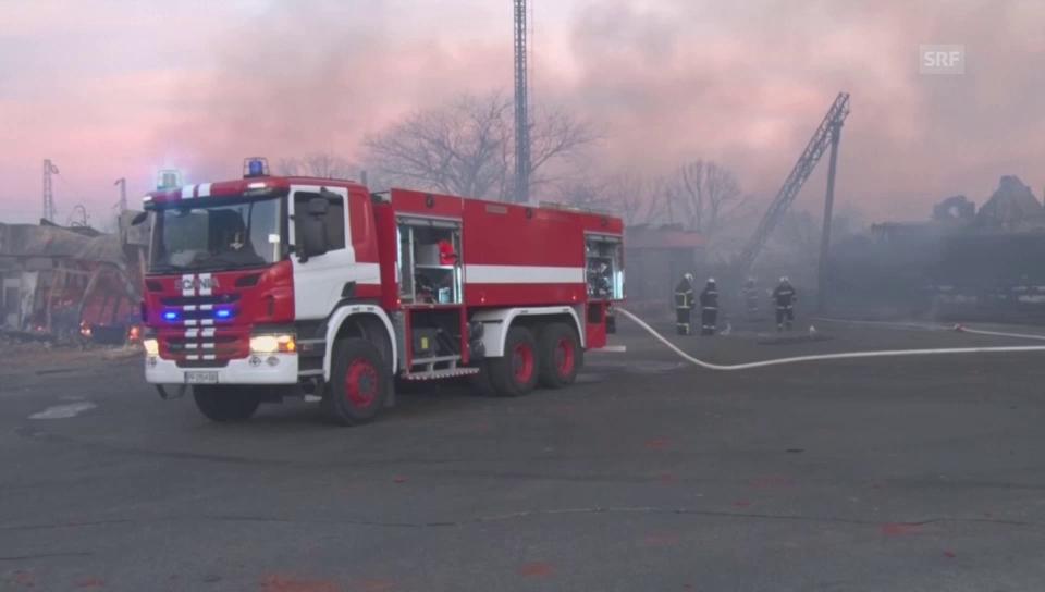Dorf steht in Flammen