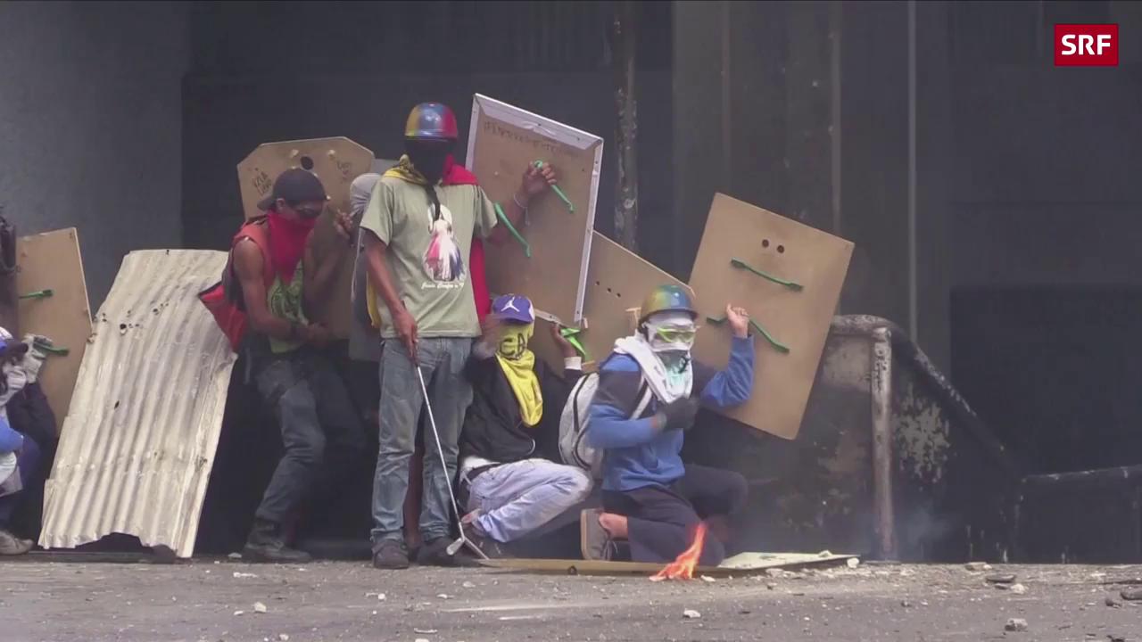 Demonstranten setzen Gericht in Brand