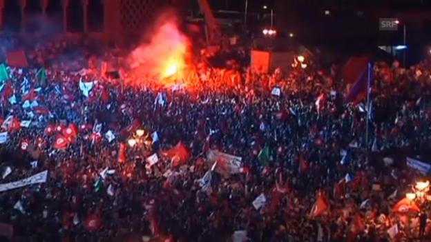 Video «Ennahda-Anhänger demonstrieren (unkommentiert)» abspielen