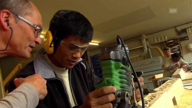Video «Die «Jobtausch»-Schreiner testen «Mann gegen Maschine»» abspielen