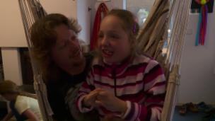 Link öffnet eine Lightbox. Video Hilfe für Ivana und ihre Familie abspielen.