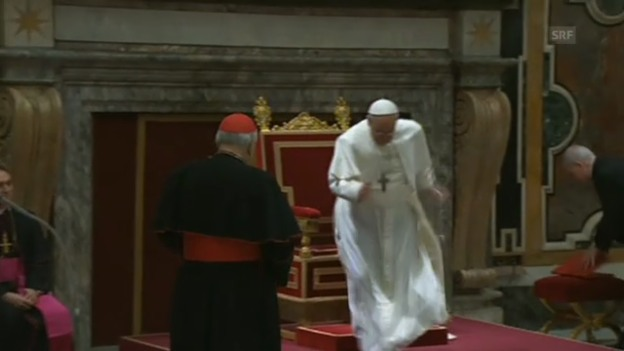 Video «Papst stolpert (unkommentiert)» abspielen