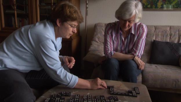Video ««Alzheimer hautnah» (5) - Ohne fremde Hilfe geht es nicht mehr daheim» abspielen