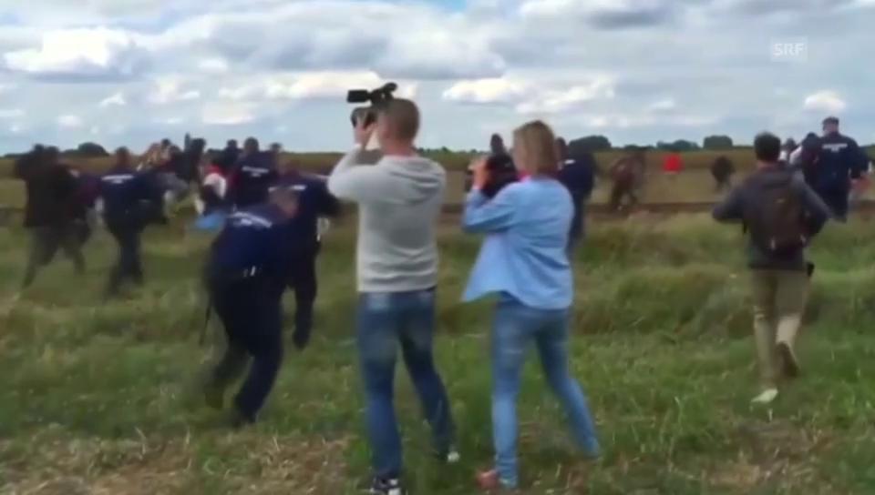Ungarische Kamerafrau tritt Flüchtlinge