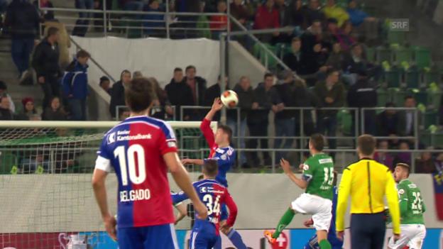 Video «Fussball: Cup, St. Gallen - Basel: Schärs Handspiel und Mutschs Eigentor» abspielen